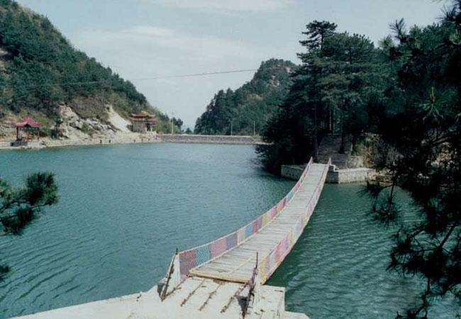 位于铜锣寨风景区赏石峰南边游道上.