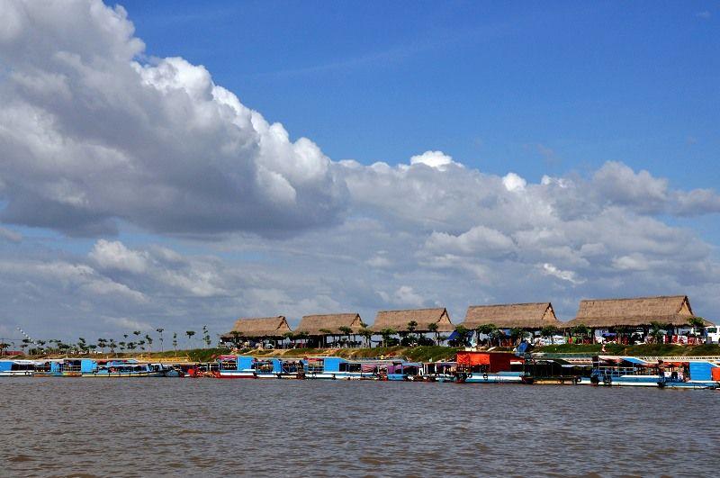 早餐后乘船游览东南亚最大的淡水湖— 【洞里萨湖】,拜访奇特