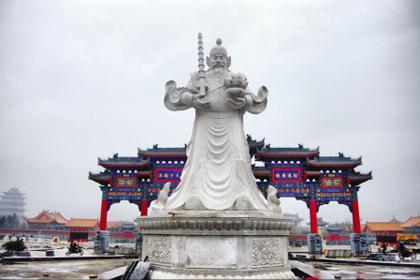 赵公明财神文化景区之一的财富文化广场